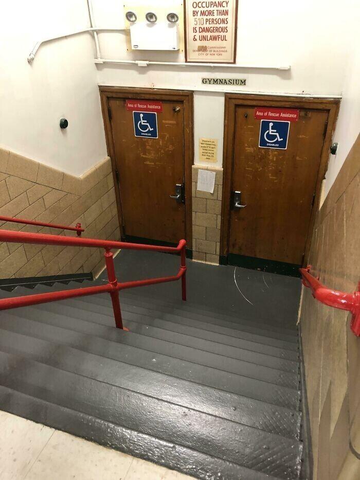 Двери открываются автоматически