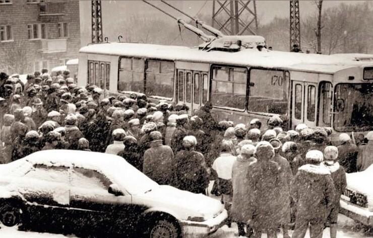 13. В ожидании посадки на троллейбус, Владивосток, 1994 год