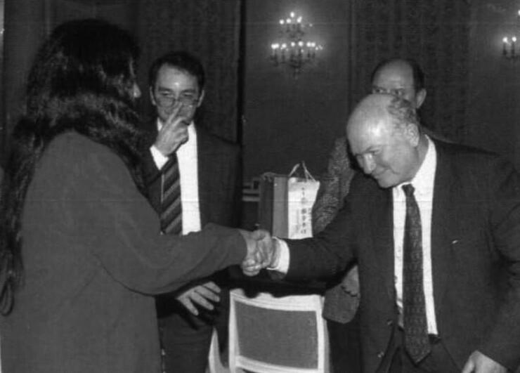 """5. Лидер секты """"Аум Синрике"""" приветствует Юрия Лужкова на открытии филиала, Москва, 1992 год"""