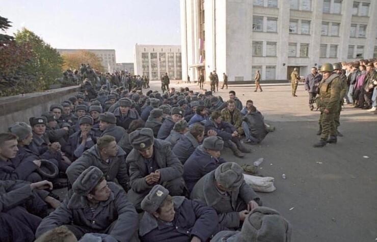 6. Арестованные милиционеры из охраны Верховного Совета, Москва, 4 октября 1993 года