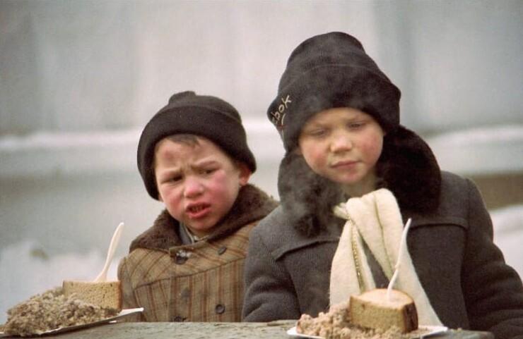 17. Бездомные дети получают благотворительный обед, Москва, 1995 год