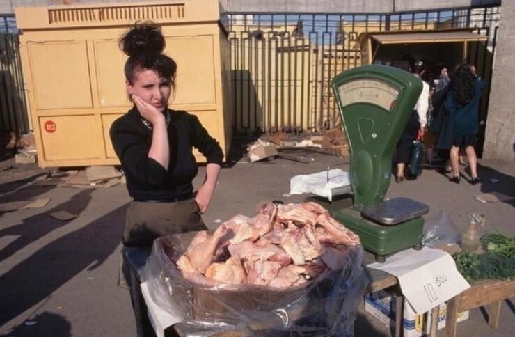 12. Женщина продает американские куриные окорочка, 1996 год