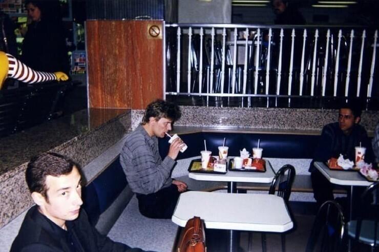 """9. Юрий """"Хой"""" Клинских в Макдональдсе, Москва, 1998 год"""