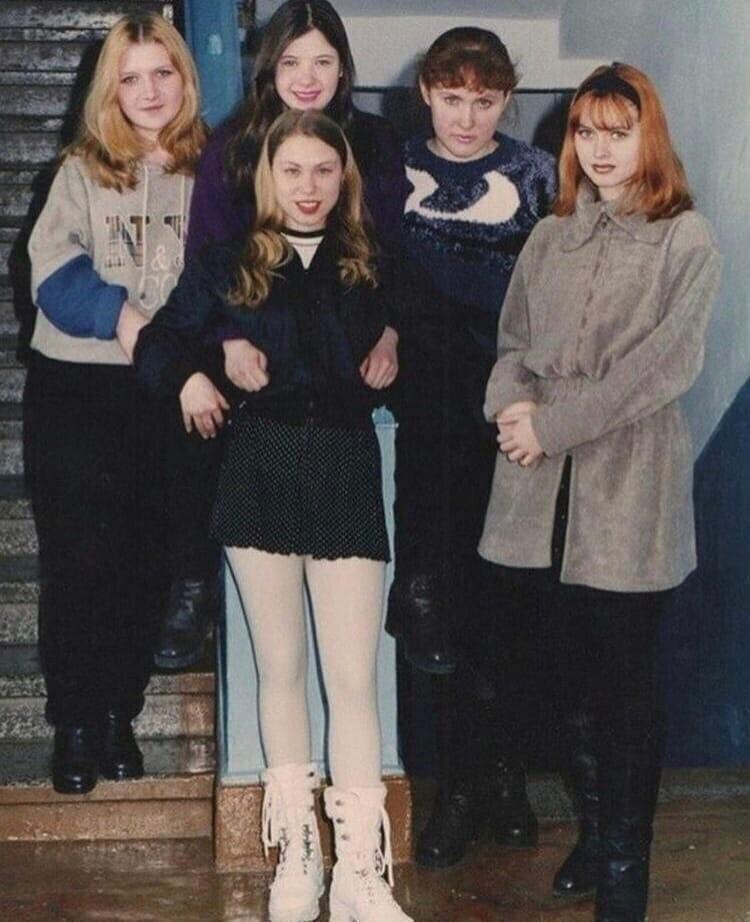 9. Школьницы 90-х. Как вы поняли, фото сделано в подъезде одной из многоэтажек