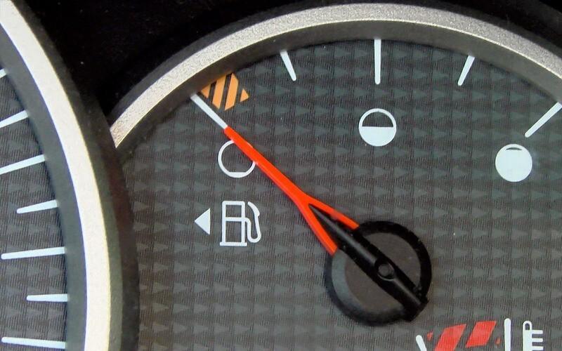 Не все об этом знают - не нужно запоминать где в машине бензобак, достаточно посмотреть на панели - стрелочка указывает на сторону, где расположен бак