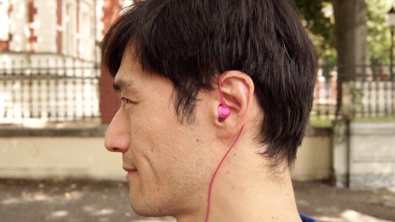 Чтобы проводные наушники не спадали при занятиях спортом, накиньте их на ухо