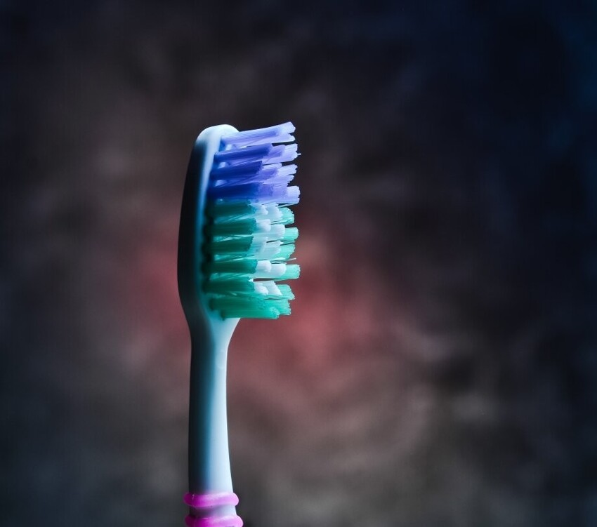 Многие производители зубных щеток делают специальные цветные щетинки и  рекомендуют менять щетку, когда цвет щетинок теряет свою яркость