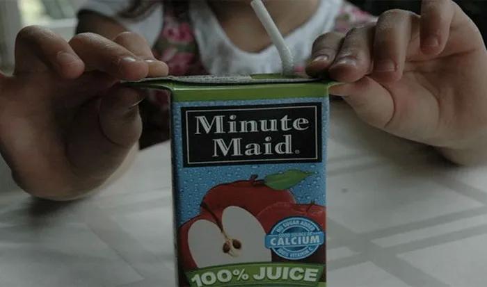 Чтобы ваш ребенок не сжимал пакет с соком, обливаясь им, разверните уголки и дайте ребенку держаться за них