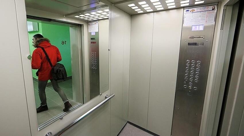 Если вам нужно срочно подняться на лифте на свой этаж, не подбирая по пути иных пассажиров, просто зажмите кнопку своего этажа и не отпускайте пока, пока не доедете