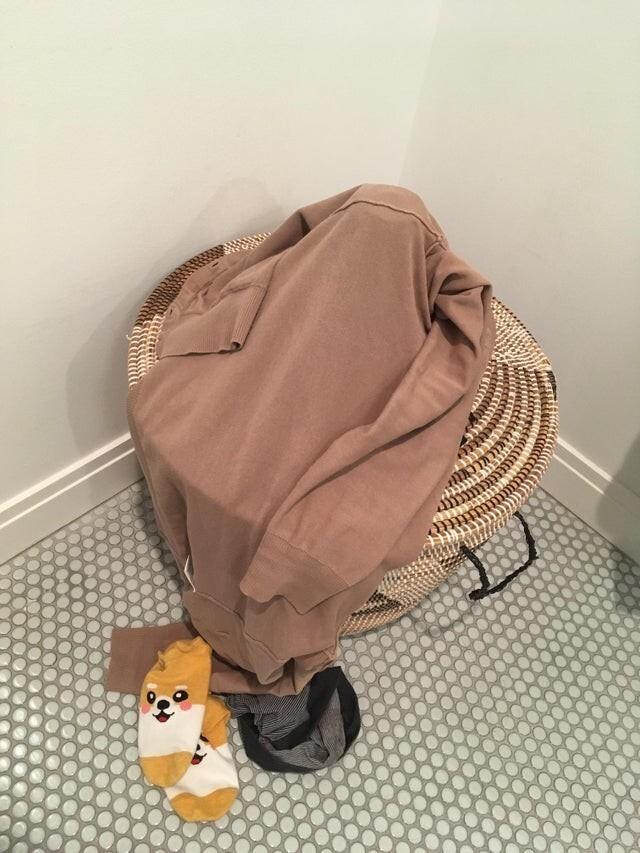 Кинуть вещи в корзину для белья - миссия невыполнима