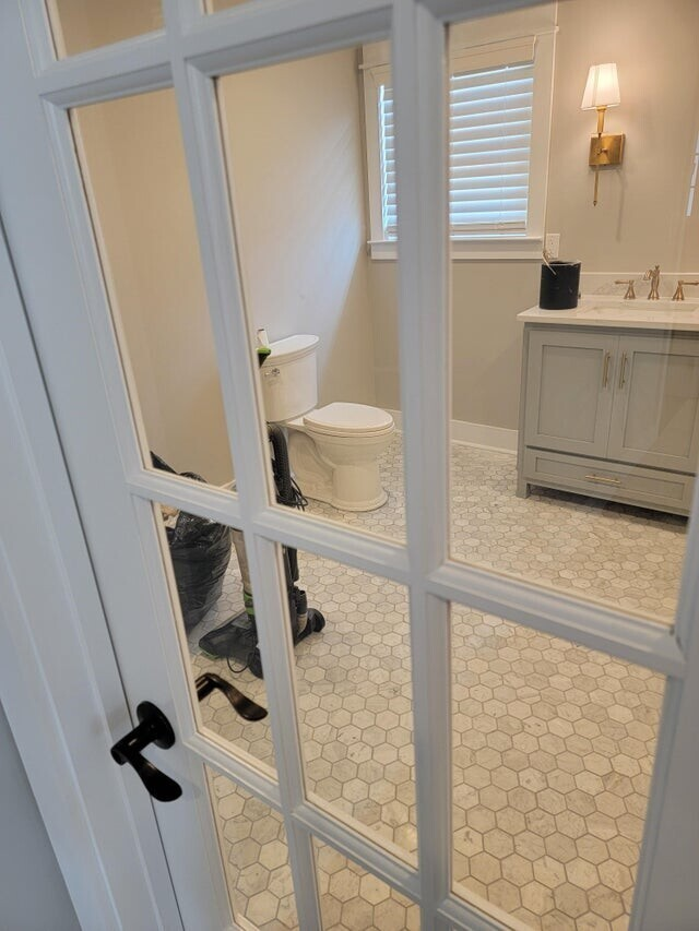 Кто придумал поставить такую дверь в туалет