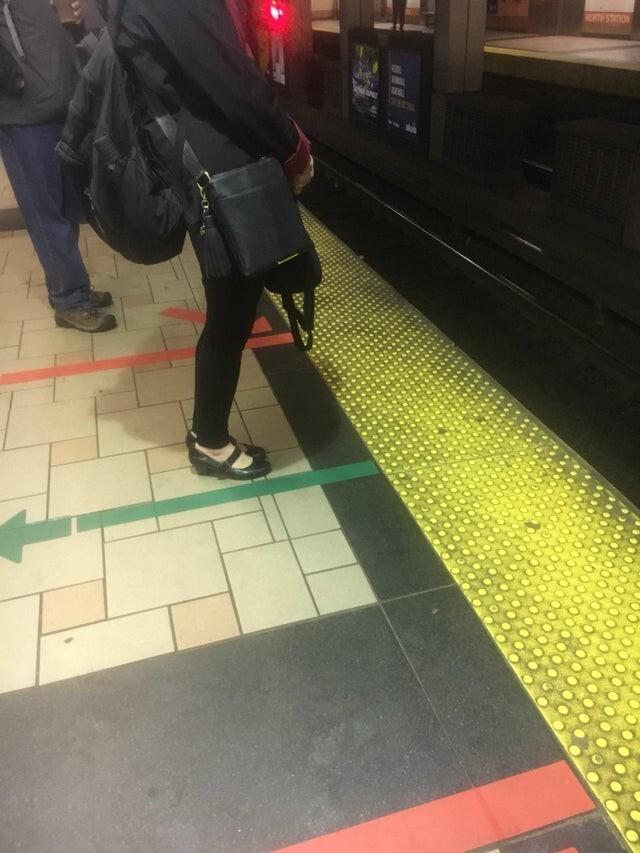 Объясните ей кто-нибудь, где нужно стоять для входа