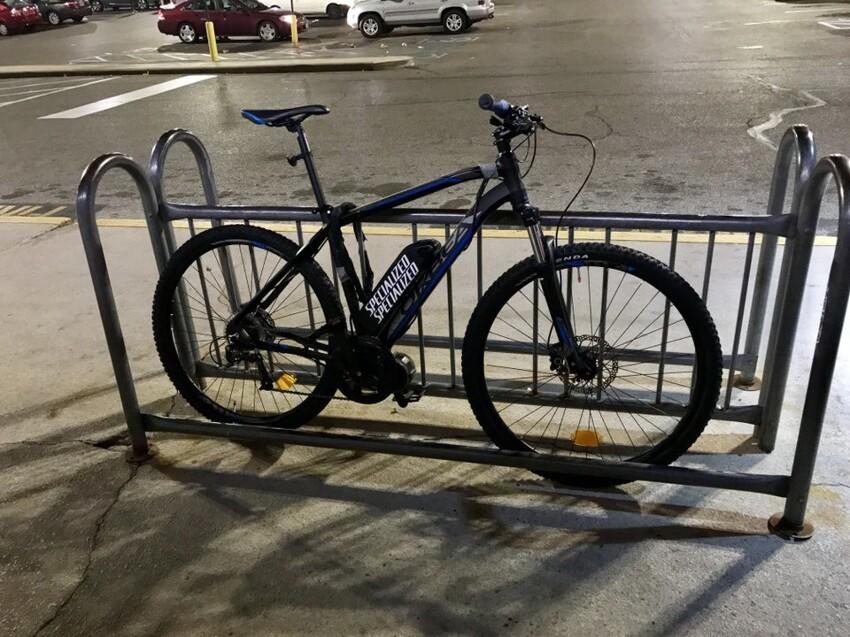 Этот парень не знает, как использовать парковку для велосипедов