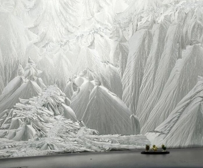 Озеро и заледеневшие горы?