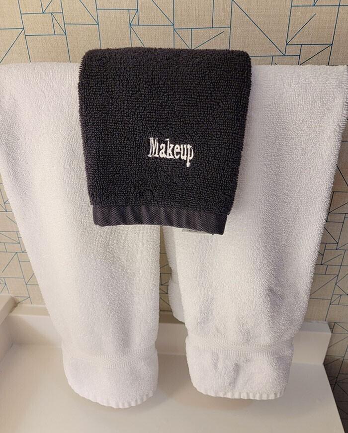 Специальное темное полотенце для лица - для избежания пятен от макияжа