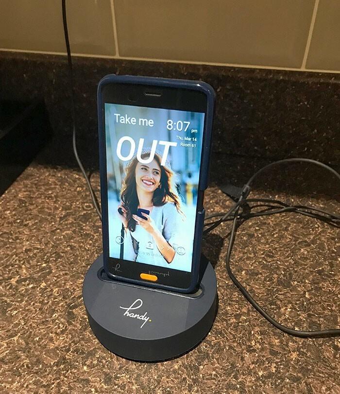 """""""В отеле, где я остановился, каждому гостю бесплатно предоставляется смартфон с неограниченным интернетом и бесплатными звонками"""""""