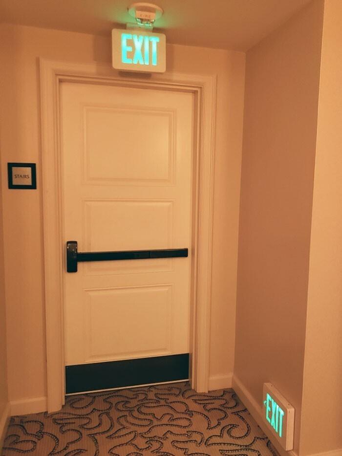 """""""Впервые увидел табличку """"выход"""" в отеле возле пола. Сотрудники объяснили, что это ориентир в случае, если гости будут ползти по полу во время пожара"""""""