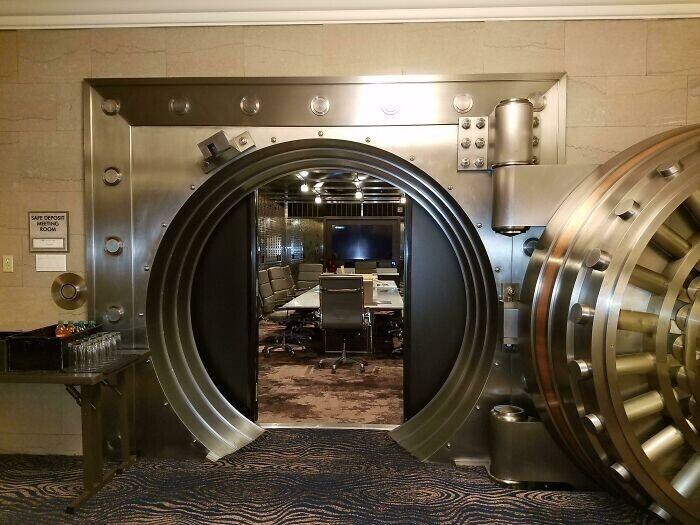 Здание старого банка превратили в отель. Руководитель сделал из подвального хранилища переговорную комнату
