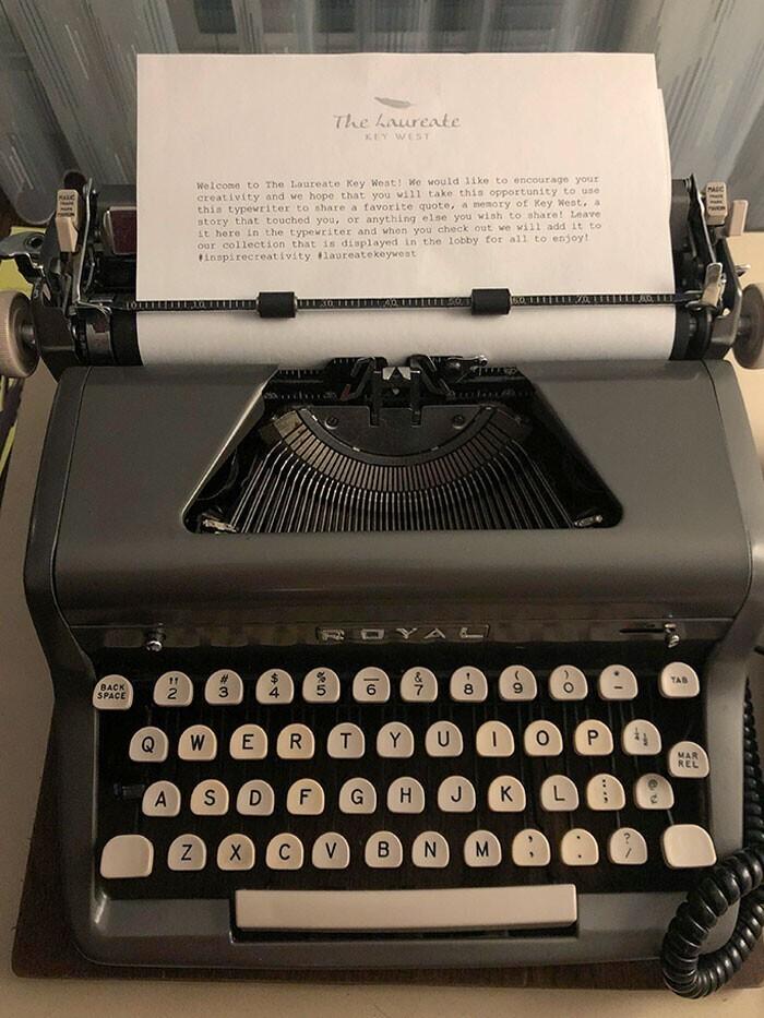 Печатная машинка в номере, на которой можно напечатать отзыв