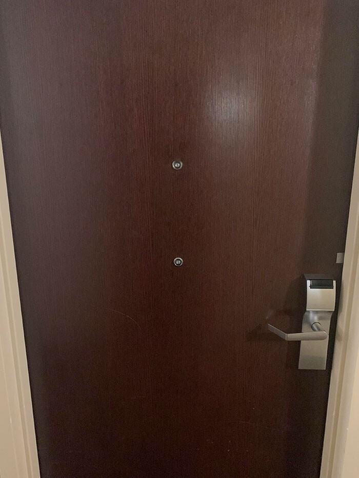 На двери номера два глазка на разном уровне - второй предназначен для колясочников и детей