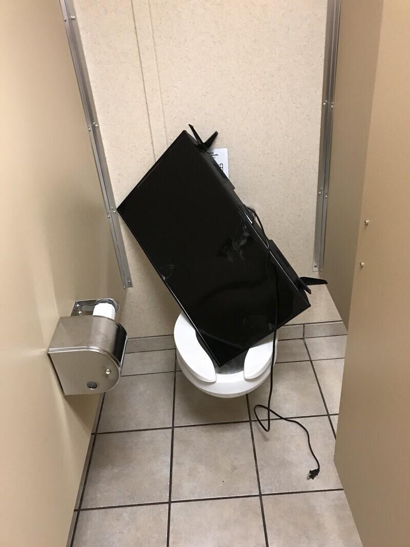 """""""Мужской туалет на этаже в общежитии"""""""