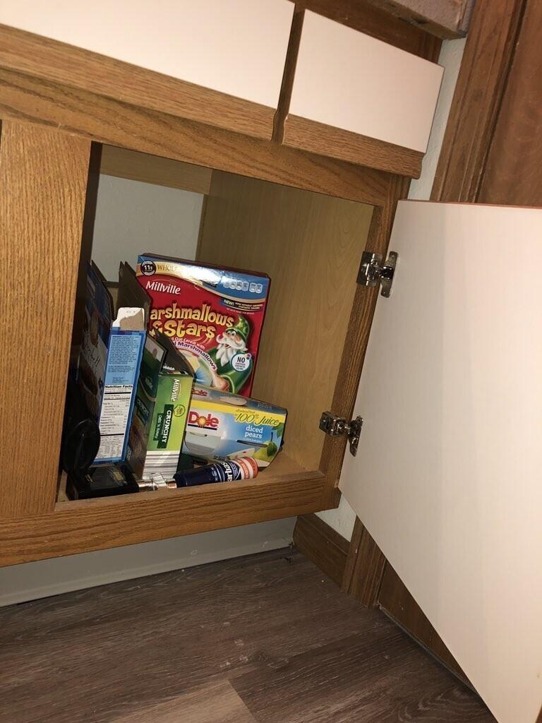 """""""Заглянула в его шкаф под раковиной, чтобы найти туалетную бумагу. А там было хранилище вкусняшек"""""""