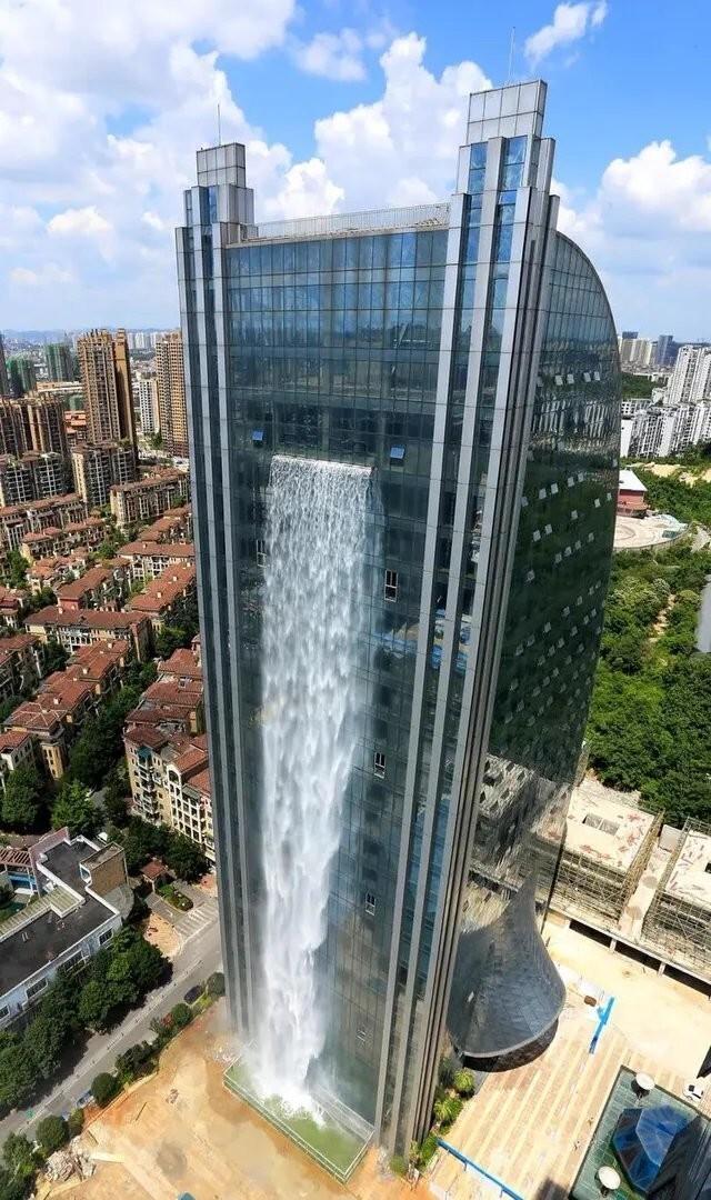 Китайский небоскреб в провинции Гуйчжоу, с 100-метровым искусственным водопадом. Это самый высокий водопад, спускающийся с здания