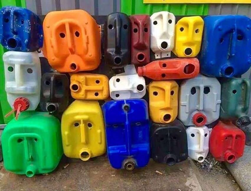Кто-то напугал эти пластиковые контейнеры