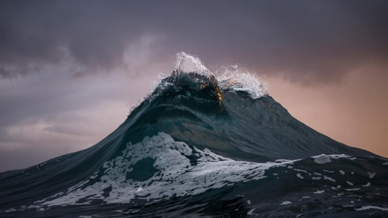 Это не гора, а морская волна