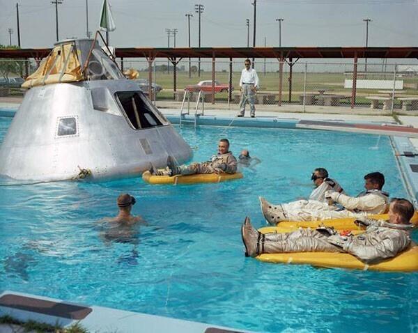 """49. Экипаж """"Аполлона-1"""" практикует посадку на воду в 1966 году. К сожалению, все они погибли на стартовой площадке в результате пожара"""