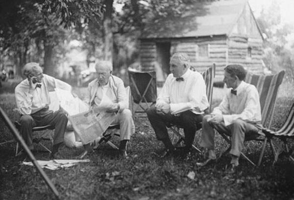 50. Генри Форд, Томас Эдисон, Уоррен Г. Хардинг (29-й президент США) и Харви Сэмюэл Файерстоун (основатель Firestone Tire and Rubber Co.) ведут увлекательную беседу