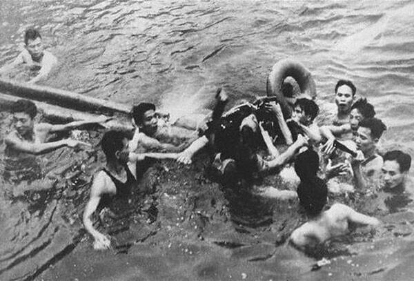 1. Летчик, захваченный вьетнамцами на озере Трук Бах, Ханой, 1967 год. Этим летчиком был Джон МакКейн