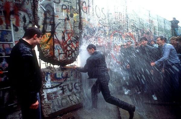 41. Демонтаж Берлинской стены в 1989 году