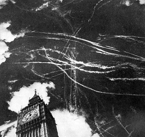 11. Небо над Лондоном после бомбардировки и воздушного боя между британскими и немецкими самолетами в 1940 году