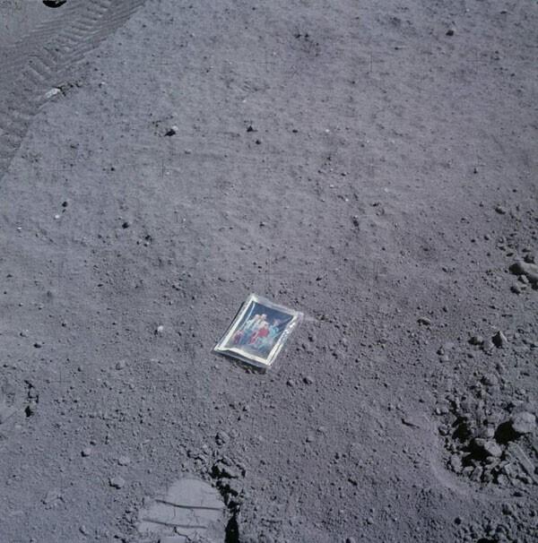 """48. Астронавт """"Аполлона-16"""" Чарльз Дюк оставил это семейное фото на Луне в 1972 году"""