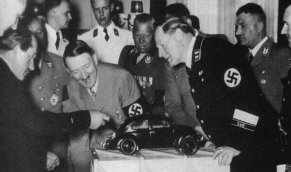 46. Фердинанд Порше показывает модель Volkswagen Beetle Адольфу Гитлеру в 1935 году