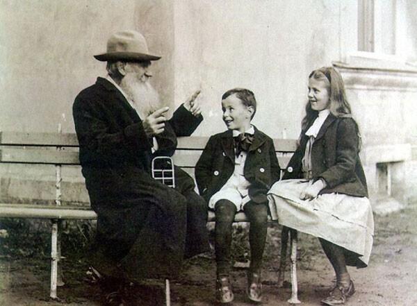 32. Лев Толстой со своими внуками в 1909 году