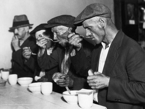 27. Хлеб и суп в бесплатной столовой во время Великой депрессии