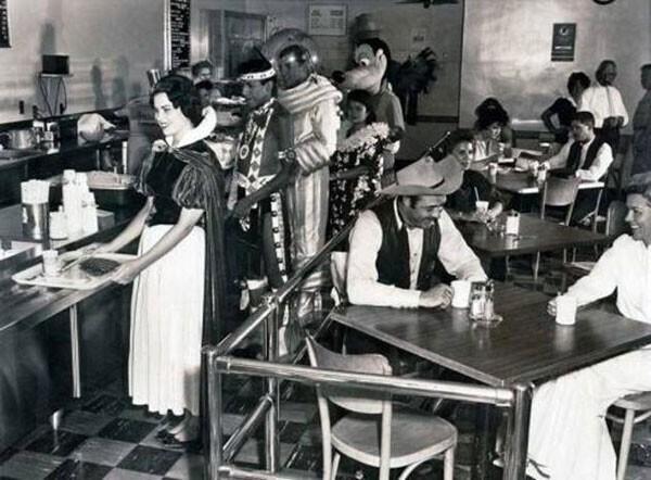 21. Кафетерий сотрудников Диснейленда в 1961 году