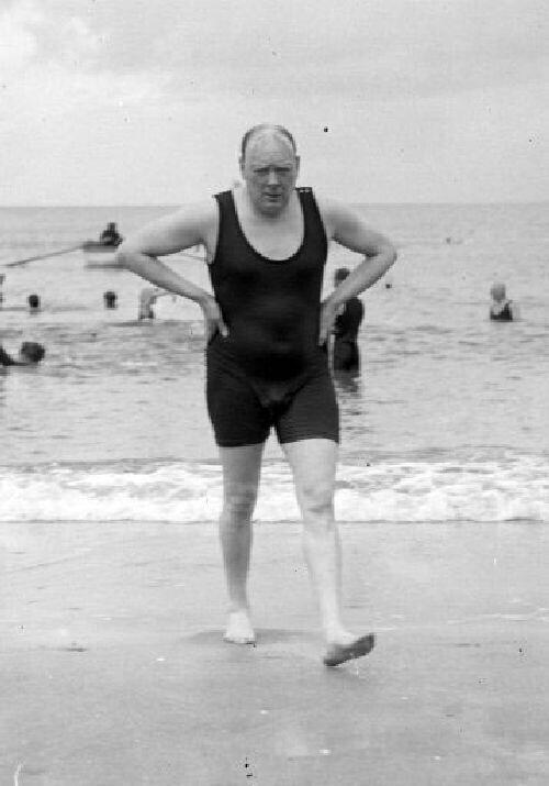 10. Уинстон Черчилль на пляже