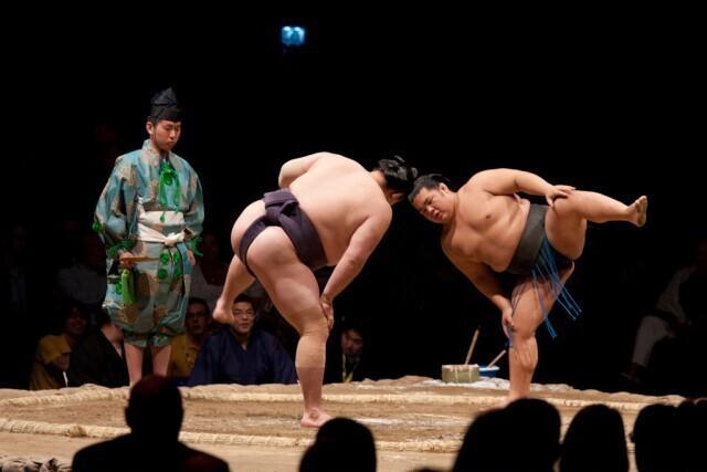 Принимать участие в борьбе сумо и связанных с ней ритуалах
