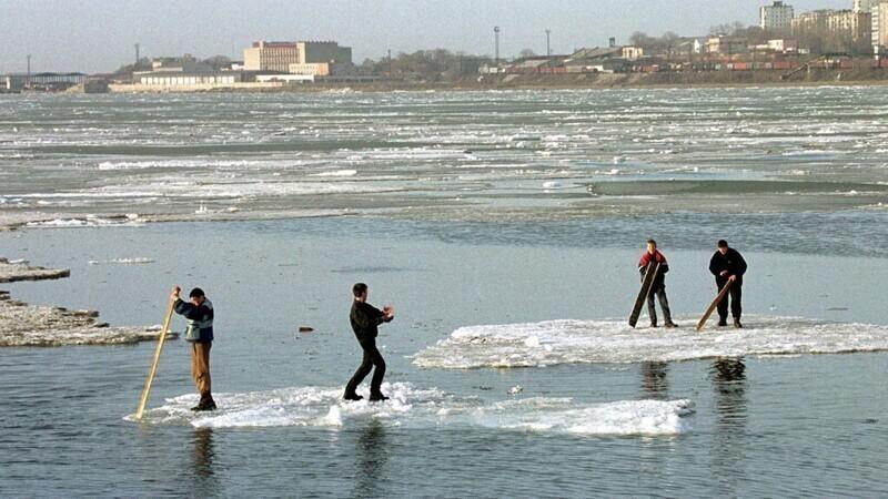 В СМИ регулярно мелькают новости о рыбаках, которых унесло на льдине