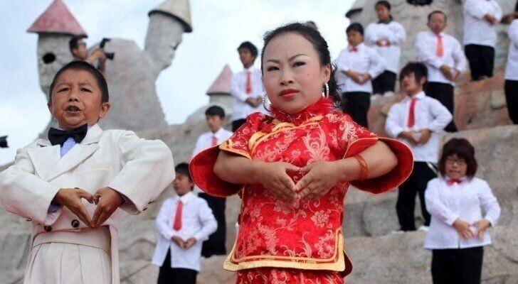 В Китае есть тематический парк,  в котором работают карлики