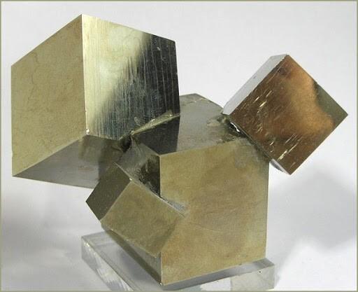 Идеальные пиритовые кубы, сформированные самой природой