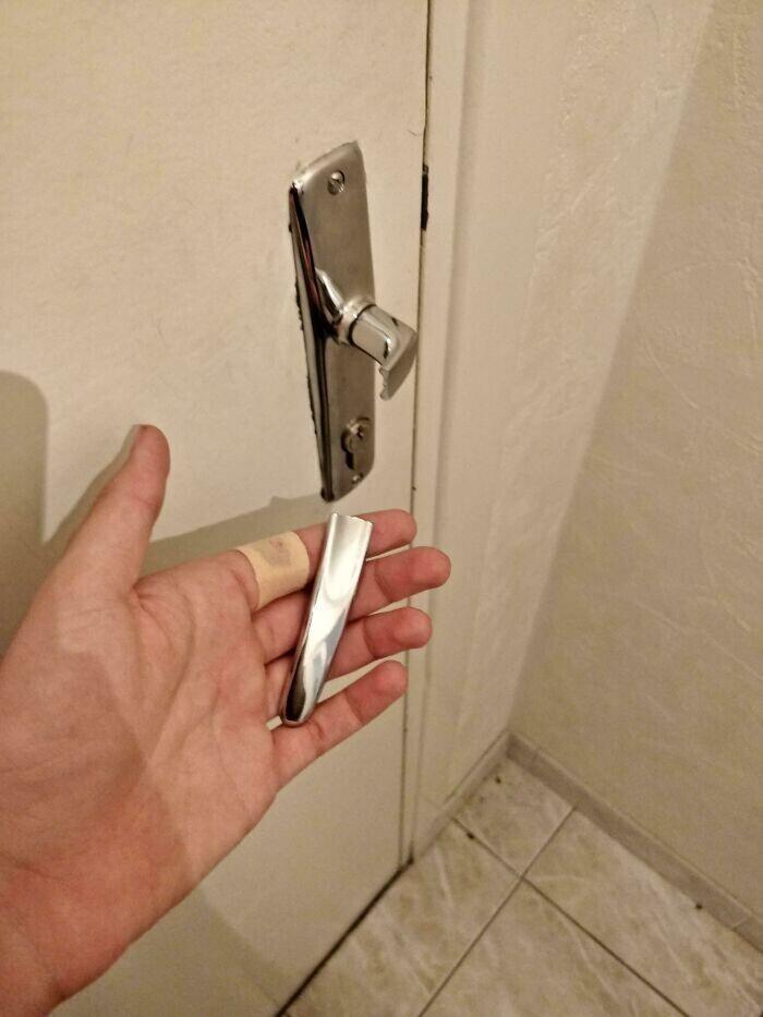 """13. """"Только что сломал дверную ручку и поранился. А еще я теперь заперт в квартире"""""""