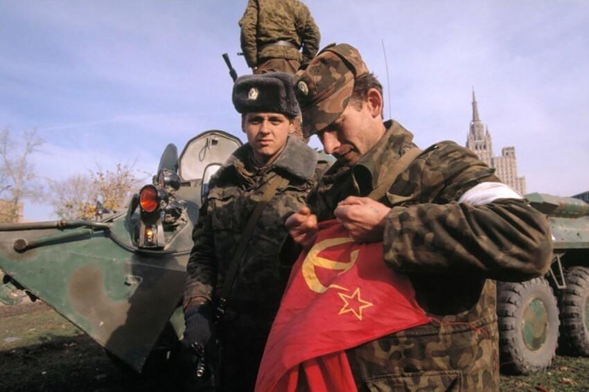 Русский офицер рвёт флаг СССР, 1993 год