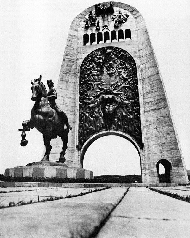 Памятник воинам Великой Отечественной войны, взорванный в Кутаиси (Грузия), на Поклонной горе.