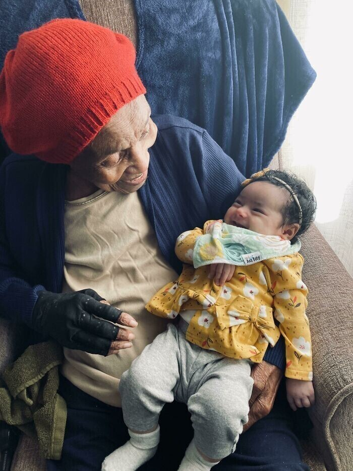 """""""Моя прабабушка, которой исполнилось 103 года, смеется вместе с моей 2-месячной дочкой"""""""