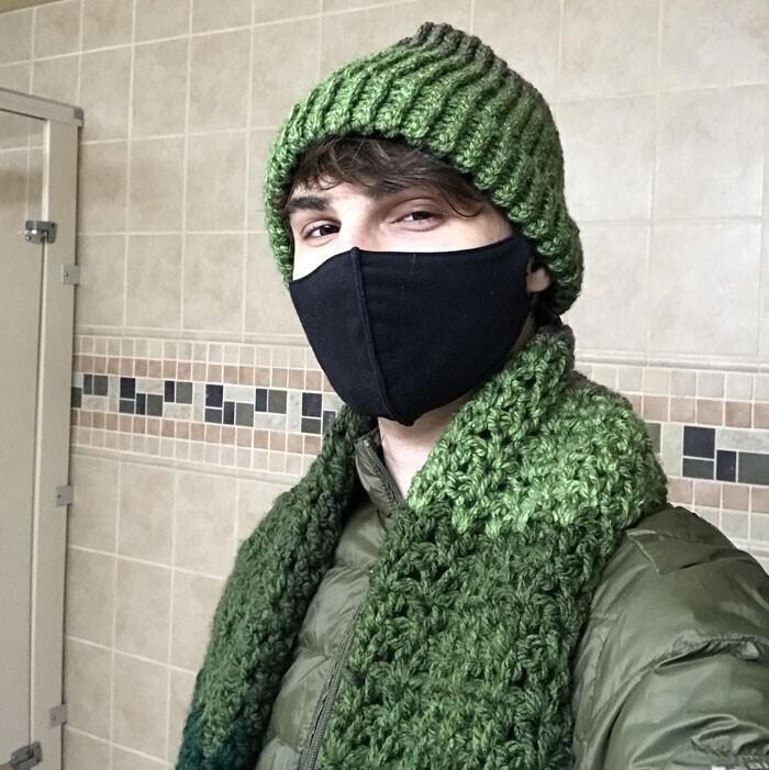 """""""Зимой я каждый день ездил на работу на велосипеде и постоянно мерз. Моя коллега заметила это и связала мне шапочку и шарф"""""""