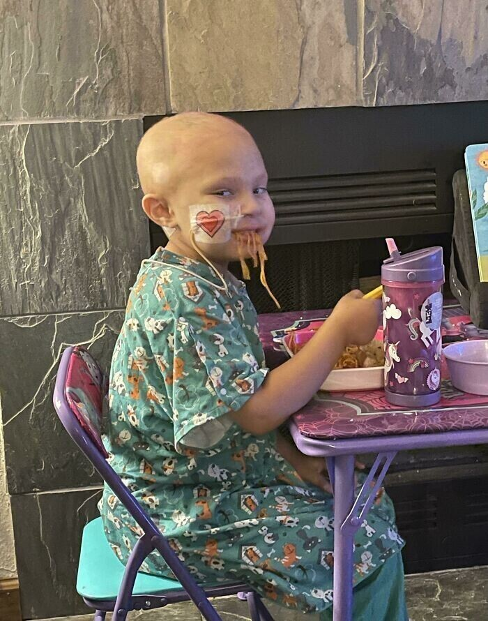 """""""Моя дочь не ела нормально несколько недель из-за тяжелой химиотерапии. И вот наконец она вернулась домой из госпиталя и ест спагетти!"""""""
